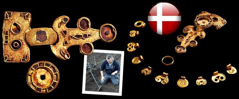 Alors qu'il prospectait un champ le long d'une ferme, un jeune prospecteur danois, Morten Kris Niels a exhumé une magnifique fibule en or. Il l'a tout de suite apporté à Benita Clemmensen du musée du Jutland. Convaincu qu'il restait d'autres éléments il retourna sur le lieu de la découverte et exhuma un autre morceau de l'imposante broche ainsi que deux autres pendants eux aussi en or. Les archéologues ont ensuite pris le relais et ont sorti de terre 8 magnifiques autres pendants datés du VIème siècle. Là encore, sans le civisme de ce jeune prospecteur, cette trouvaille n'aurait jamais trouvé sa place dans un musée.